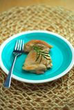 Kip in een pan met olijfolie en rozemarijntwijg wordt gekookt die Stock Foto's