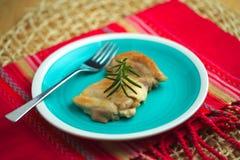 Kip in een pan met olijfolie en rozemarijntwijg wordt gekookt die Royalty-vrije Stock Foto's