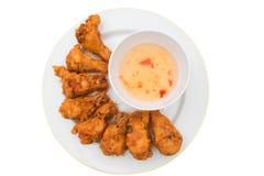 Kip en saus op een witte plaat op een wit Stock Fotografie