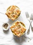 Kip en van de groenten romige pot pastei op een lichte achtergrond, hoogste mening royalty-vrije stock afbeeldingen