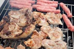Kip en worsten op de barbecue Royalty-vrije Stock Foto