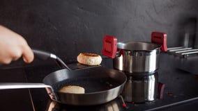 Kip fijngehakte koteletten, kokend diner thuis, Gezond voedsel royalty-vrije stock afbeeldingen