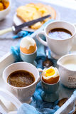 Kip gekookte eieren op tribunes en koffie Royalty-vrije Stock Foto's