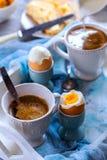 Kip gekookte eieren op tribunes en koffie Stock Fotografie