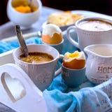 Kip gekookte eieren op tribunes en koffie Stock Afbeelding