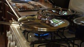 Kip het koken bij de pizzeria van MAC op bequia stock video