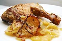 Kip met aardappels Stock Afbeelding