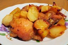 Kip met aardappels in de plaat wordt geroosterd die Royalty-vrije Stock Foto's