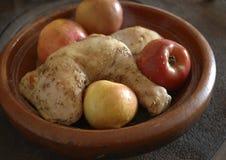 Kip met appelen Stock Afbeelding