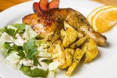 Kip met chips en salade Royalty-vrije Stock Foto's