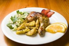 Kip met chips en salade Stock Foto's