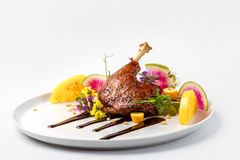 Kip met groenten op witte gediend die plaat met bessensaus wordt bedekt stock fotografie