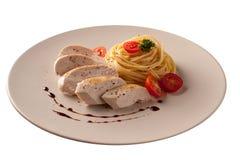 Kip met macaroni over witte achtergrond wordt geïsoleerd die Stock Foto