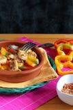 Kip met rode en gele peper Stock Foto's