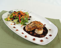 Kip met rozijnensaus Stock Foto