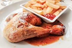 Kip met saus en gouden Frieten royalty-vrije stock afbeeldingen