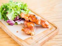 kip met saus op een vleespen en een groente Stock Foto
