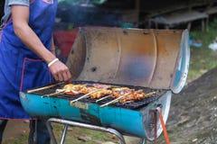 Kip op fornuis wordt geroosterd dat Thaise traditionele voedselstijl Royalty-vrije Stock Afbeeldingen