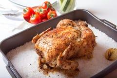 Kip op zout wordt gebakken dat Stock Fotografie