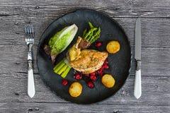 Kip opperst met asperge in prosciutto stock afbeeldingen