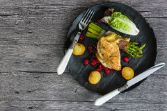 Kip opperst met asperge in prosciutto stock fotografie