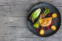 Kip opperst met asperge in prosciutto stock afbeelding