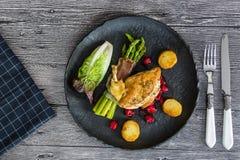Kip opperst met asperge in prosciutto stock foto