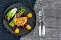 Kip opperst met asperge in prosciutto royalty-vrije stock foto
