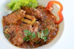 Kip paprikash met peterselie stock afbeeldingen