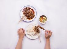 Kip satay met heerlijke die pindasaus met witte rijst en groenten wordt gediend Stock Foto