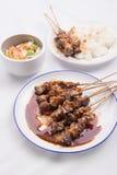 Kip satay met heerlijke die pindasaus met witte rijst en groenten wordt gediend Royalty-vrije Stock Foto's