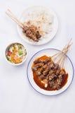 Kip satay met heerlijke die pindasaus met witte rijst en groenten wordt gediend Stock Fotografie
