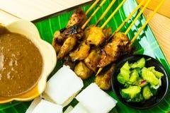 Kip satay met kubieke rijst, de saus van de atjar en kerrieboon tradi Royalty-vrije Stock Foto