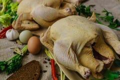Kip twee van een huislandbouwbedrijf voor het roosteren in de oven wordt gekookt die stock afbeelding