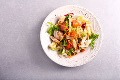 Kip, wortel, rooster en tomatensalade royalty-vrije stock foto's
