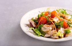Kip, wortel, rooster en tomatensalade stock afbeeldingen