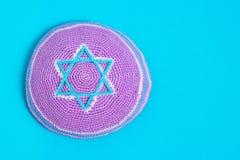 Kipa violeta en un fondo azul, visión superior Año Nuevo judío, Rosh Hashanah Imagen de archivo