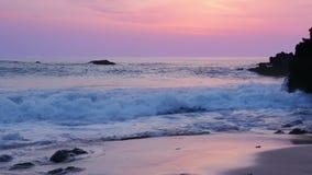 Kipiel na plaży po zmierzchu zdjęcie wideo