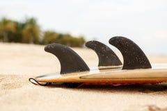 Kipieli deska przy plażowym pobliskim oceanem obrazy royalty free