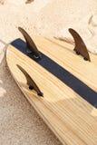 Kipieli deska przy plażowym pobliskim oceanem fotografia stock