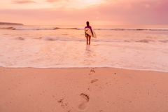 Kipieli dziewczyna z surfboard iść surfować Surfingowiec kobieta na plaży przy zmierzchem lub wschodem słońca obrazy royalty free