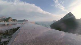 Kipieli fala na otoczak plaży zbiory