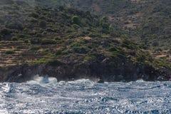 Kipieli fale uderzają brzeg wyspa zdjęcia royalty free