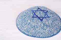 Kippah z upiększoną błękitną gwiazdą dawidowa obraz royalty free