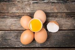 Kippen bruine eieren op houten achtergrond Stock Foto's