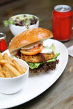 Kippen cajun hamburger met salade en soda Royalty-vrije Stock Fotografie