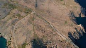 Kippen des Schusses der Halbinsel, des Meeres, der Straße und der Berge stock video footage