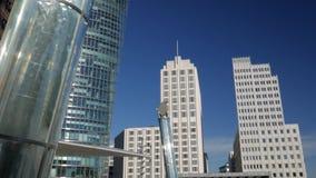 Kippen Sie hinunter die moderne Kunst und die Architektur von Potsdamer Platz stock video
