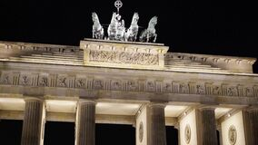 Kippen Sie oben vom Brandenburger Tor nachts, Potsdam, Deutschland stock video footage