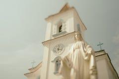 Kippen Sie Schiebeschießen der Kirche mit Statue in Brasilien stockbilder